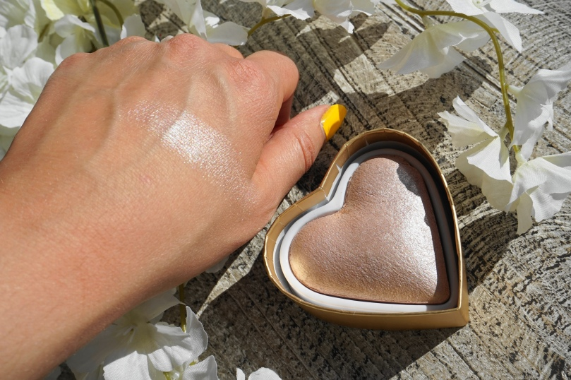 goddess of love highlighter swatch